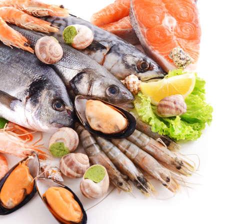 Verse vis en andere zeevruchten geïsoleerd op wit Stockfoto
