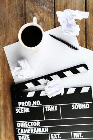 carta e penna: Valvola di film con carta, penna e tazza di caff� su tavole di legno sfondo