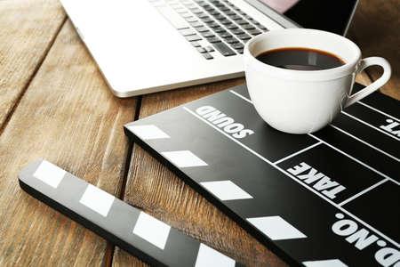 노트북과 나무 배경에 커피 잔 영화 했어 스톡 콘텐츠