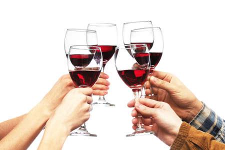 Tintinean los vidrios de vino rojo en las manos aisladas en blanco