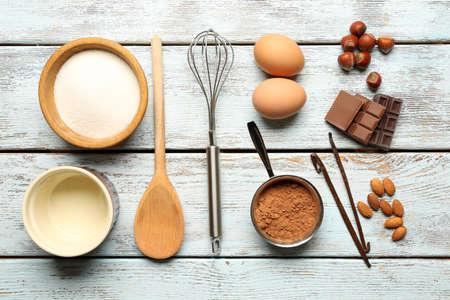 galleta de chocolate: Ingredientes de comida y utensilios de cocina para cocinar en el fondo de madera Foto de archivo