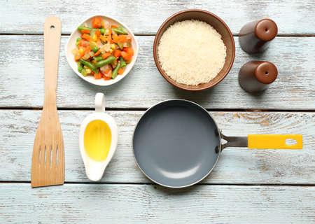 aceite de cocina: Ingredientes de comida y utensilios de cocina para cocinar en el fondo de madera Foto de archivo
