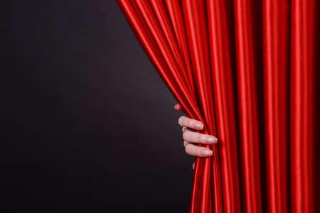 alzando la mano: Cortina roja sobre fondo negro Foto de archivo