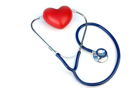 instrumental medico: Estetoscopio con el coraz�n sobre fondo claro