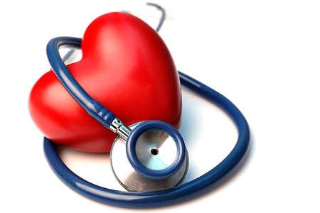 estetoscopio: Estetoscopio con el corazón sobre fondo claro