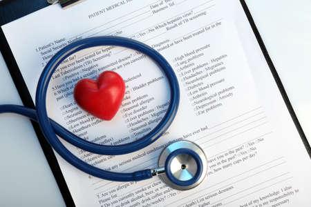 Estetoscopio con el corazón de cerca Foto de archivo