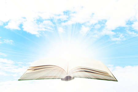 leer biblia: Libro abierto en el fondo del cielo
