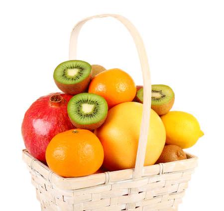 canasta de frutas: Surtido de frutas en la cesta aislada en blanco Foto de archivo