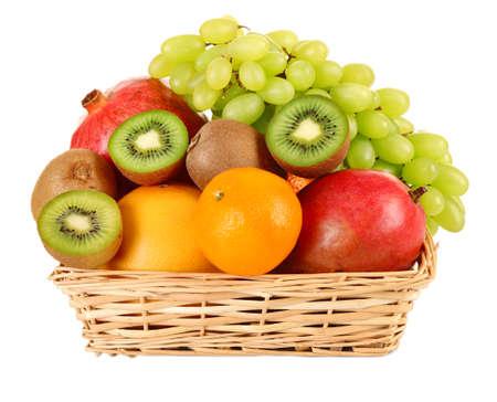canastas con frutas: Surtido de frutas en la cesta aislada en blanco Foto de archivo