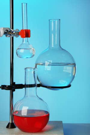 clavados: Fija la cristalería de laboratorio en el apoyo en el fondo colorido