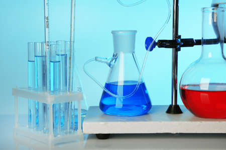fixed: Fija la cristaler�a de laboratorio en el apoyo en el fondo colorido