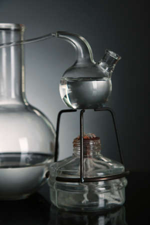 fixed: Fijo vidrio de laboratorio sobre un fondo oscuro