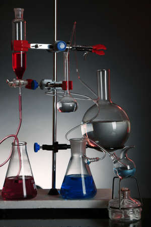fixed: Fija la cristaler�a de laboratorio en apoyo sobre fondo de colores oscuros