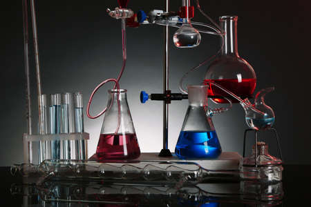 clavados: Fija la cristaler�a de laboratorio en apoyo sobre fondo de colores oscuros