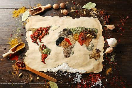 semilla: Mapa del mundo hecho de diferentes tipos de especias sobre fondo de madera Foto de archivo