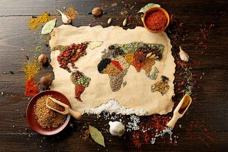 aliment: Carte de monde fait à partir de différentes sortes d'épices sur fond de bois