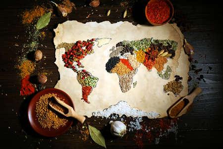 Mapa del mundo hecho de diferentes tipos de especias sobre fondo de madera Foto de archivo - 38930101