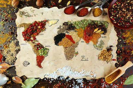 Kaart van de wereld gemaakt van verschillende soorten kruiden op houten achtergrond