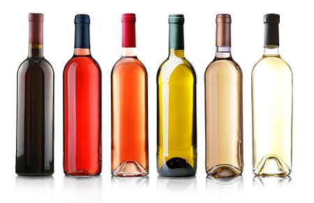Wijnflessen in rij op wit wordt geïsoleerd Stockfoto