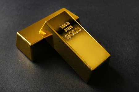 Lingots d'or sur fond noir Banque d'images - 39391188