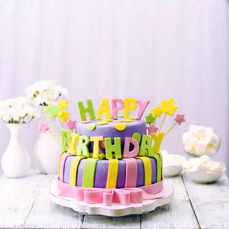 pastel: Delicioso pastel de cumplea�os en la mesa