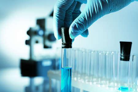 Reageerbuis in wetenschapper hand in laboratorium