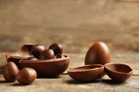 huevos de pascua: Huevos de chocolate de Pascua en el fondo de madera