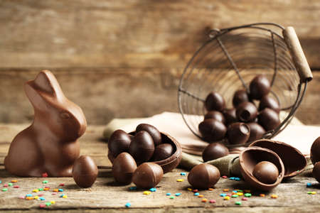Chocolate Easter Eggs on wooden background 스톡 콘텐츠
