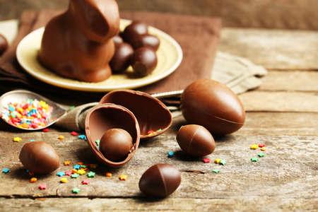 huevos pascua: Huevos de chocolate de Pascua en el fondo de madera
