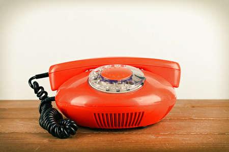 telefono antico: Retro telefono impostato su tavola di legno su sfondo chiaro Archivio Fotografico