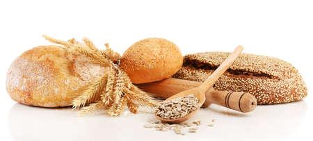 Pane fresco con il grano e il cucchiaio di legno di semi di girasole isolato su bianco Archivio Fotografico - 39795365