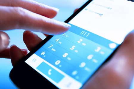 dedo: Finger n�mero de contacto en el tel�fono inteligente para hacer una llamada, de cerca
