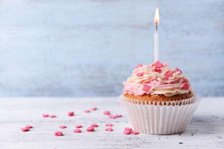 Heerlijke verjaardag cupcake op houten achtergrond