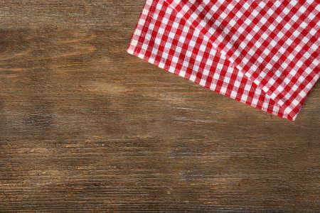 servilleta: Servilleta en mesa de madera