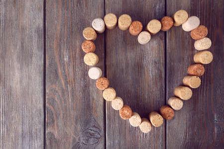 corcho: La forma del corazón de corchos de vino en el fondo rústico tablones de madera