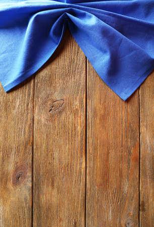 tovagliolo: Tovagliolo sul tavolo in legno
