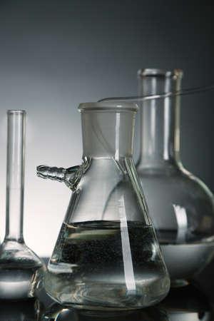 clavados: Fijo vidrio de laboratorio sobre un fondo oscuro