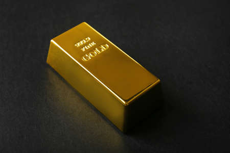 Gouden balk op zwarte achtergrond Stockfoto
