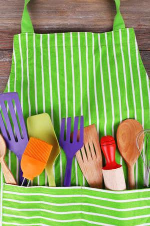 mandil: Conjunto de utensilios de cocina en el bolsillo del delantal, de cerca Foto de archivo
