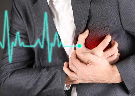 dolor de pecho: Hombre que tiene dolor en el pecho - ataque al coraz�n Foto de archivo