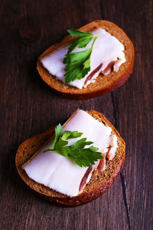 lard: Sandwiches with lard and parsley on wooden