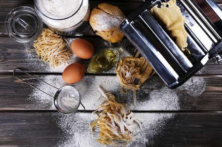 pastas: Metal máquina del fabricante de pasta y los ingredientes para la pasta de madera Foto de archivo