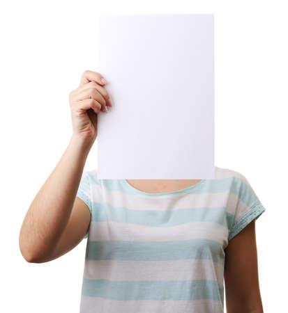 cabeza femenina: Mujer que cubre su cara con la hoja de papel en blanco aislado en blanco