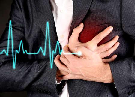ataque al corazón: Hombre que tiene dolor en el pecho - ataque al corazón Foto de archivo