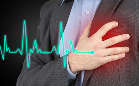 dolor de pecho: Hombre que tiene dolor en el pecho - ataque al corazón Foto de archivo