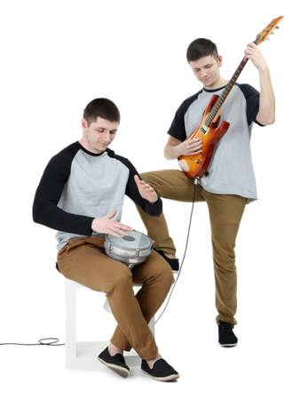 Deux beaux jeunes hommes avec des instruments de musique isolé sur blanc Banque d'images - 96381770