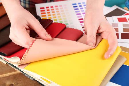 mujeres trabajando: Mujer que trabaja con retazos de seda de colores y la paleta de cerca