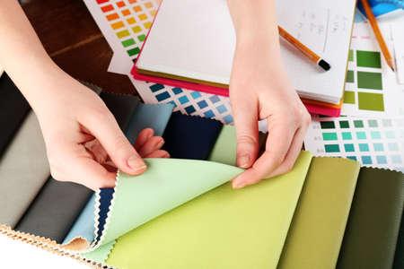 tejido: Mujer que trabaja con retazos de seda de colores y la paleta de cerca