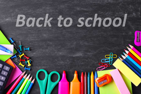 fournitures scolaires: Fournitures scolaires sur fond tableau noir