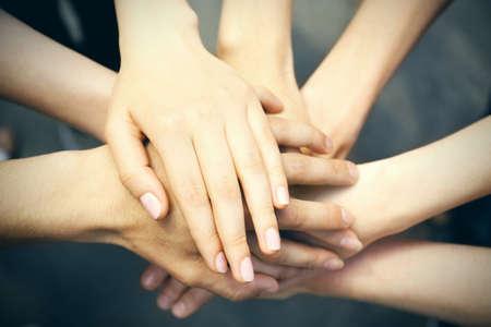 mãos: Mãos unidas close-up Imagens